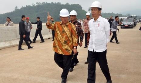 Presiden Jokowi meninjau pembangunan jalan Tol Semarang - Solo didampingi Menteri PUPR dan Menhub.