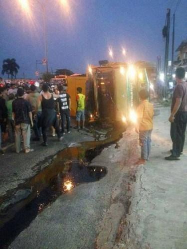Sebuah truk bermuatan genset terguling dekat pertigaan jalan Juanda-Margonda Depok.