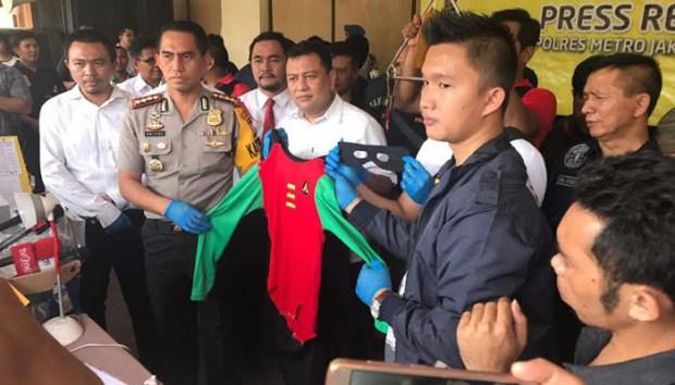 Kapolres Jakarta Utara Kombes Dwiyono menunjukan barang bukti yang diamankan dari tempat pesta gay.