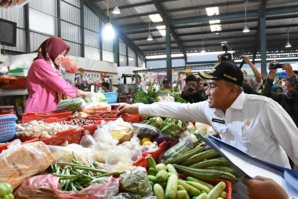 Walikota Depok sedang meninjau harga kebutuhan pokok di salah satu pasar.