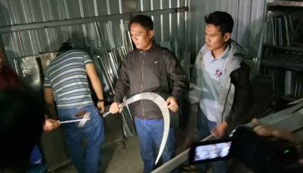 Kabit Buser Polresta, AKP Eko sedang melihat Clurit raksasa di gudang senjata tajam yang dipasok ke anggota gangster di Depok dan Bogor.