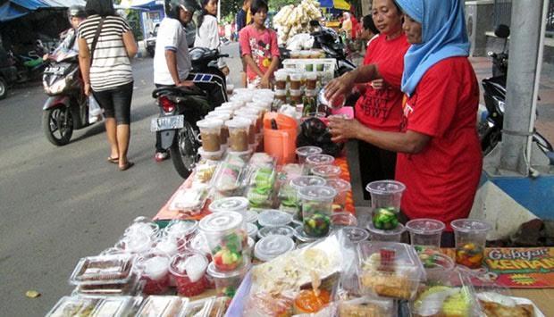 Walikota Depok melarang kegiatan pasar tumpah pada malam takbiran di jalan sejajar rel, Kampung Lio Depok.