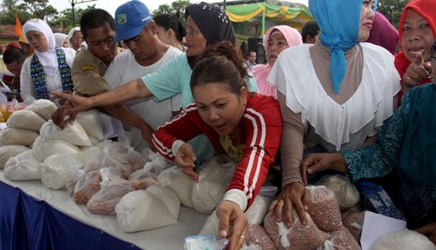 Masyarakat menyambut gembira kehadiran pasar murah karena sangat membantu kebutuhan .