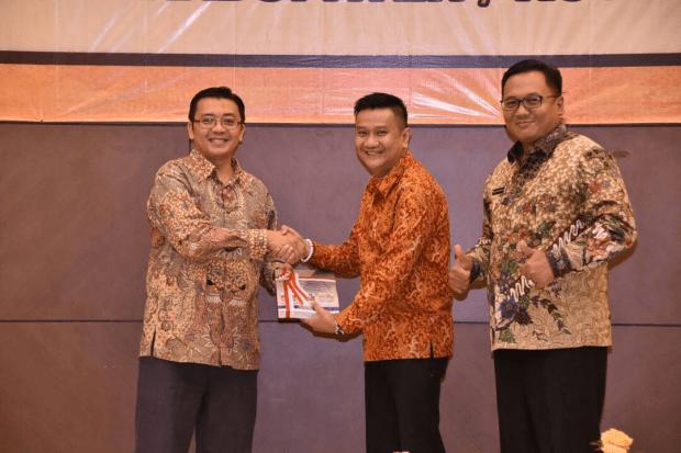 Ketua DPRD Kota Depok, Hendrik Tangke Allo menerima penghargaan dari Kepala BPK Perwakilan Jawa Barat.