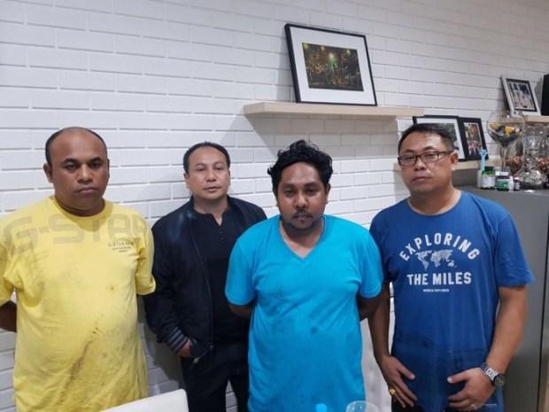 Inilah 2 orang yang diduga pelaku pembacokan terhadap Hermansyah pakar IT ITB. Di belakang tampak Kapolresta Depok Kombes Heri Heriyawan.
