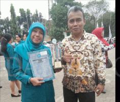 Bunda Elly bersama Eka Bachtiat Kepala DPAPMK Kota Depok memegang Piala Pakarti.