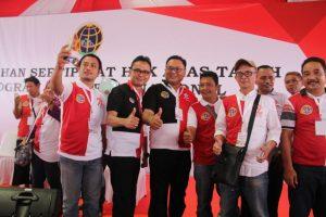 Wakil Walikota Depok Pradi Supriatna berfoto bersama sejumlah perwakilan masyarakat penerima sertifikat tanah  dari Presiden Jokowi.