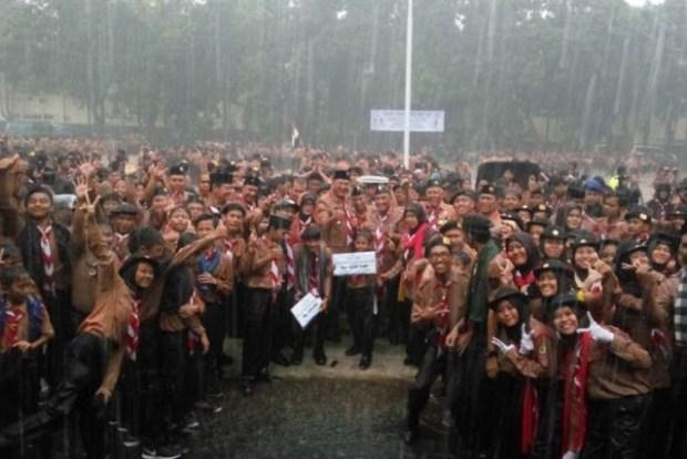 Walikota Depok bersama Wakil Walikota Depok dan anggota Pramuka basah kuyup diguyur hujan di Balaikota Depok.