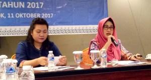 Kepala BPJS Kesehatan Cabang Kota Depok Maya Febrianti (kanan) menjelaskan perkembangan kepesertaan JKN-KIS di Depok.