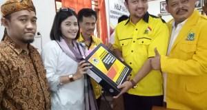 Ketua DPD Partai Golkar Kota Depok Farabi A.  Rafiq didampingi puluhan pengurus menyerahkan berkas pendaftaran peserta Pemilu 2019 kepada Ketua KPUD Kota Depok Titik Nurhayati.