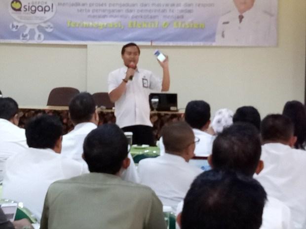 Denhas,  Kasi Aplikasi dan informatika sedang menjelaskan aplikasi SIGAP.