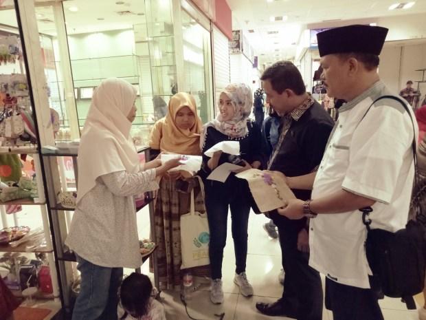 Duta UMKM Jogyakarta meninjau stand di sentra UMKM Kadin Depok di Mall Detos.