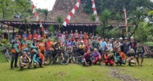 Komunitas sepeda kumpul di Joglo Nusantara setelah mengadakan acara gowes bareng.