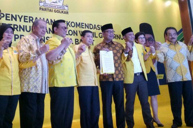Setya Novanto menyerahkan SK Golkar yang mencalonkan Ridwan Kamil sebagai Calon Gubernur Jawa Barat.