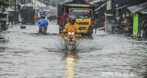 Banjir melanda 3 kecamatan di Kabupaten Bandung. Ribuan orang terpaksa mengungsi. (ant)