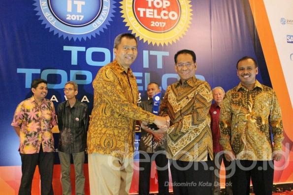 Kepala Dinas Infokom Pemkot Depok Sidik Mulyono menerima penghargaan dari Pimpinan Redaksi Majalah Hitech.