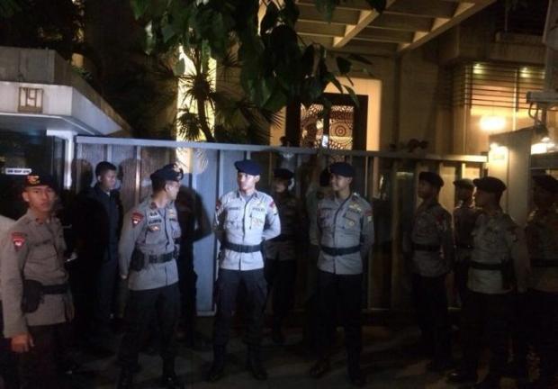Aparat kepolisian berjaga-jaga di kediaman Setya Novanto.