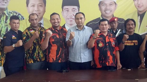 Sekjen Partai Golkar Dindin Saprudin didampingi Ketua OKP foto bersama Ketua MPC PP Depok Rudi HM Samin dan Bobby Harahap.