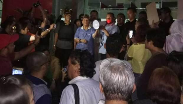 Ratusan penhuni apartemen Cinere Beleveu demo di kantor manajemen apartemen itu Jumat (1/12/2017) malam.