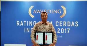 Kepala Diskominfo Sidik Mulyono menerima penghargaan Rating Kota Cerdas.