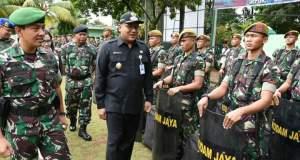 Wakil Walikota Depok Pradi Supriatna bersama Dandim 0508/Depok memeriksa barisan pada apel siaga pengamanan Pilgub Jabar.