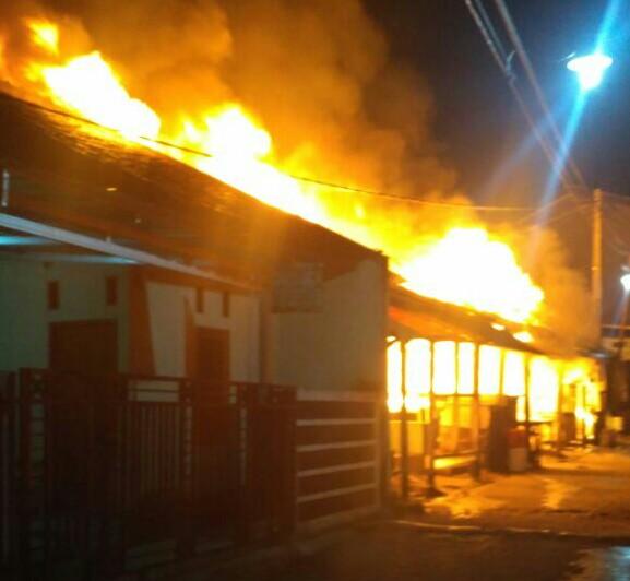 7 petak rumah kontrakan ludes terbakar.
