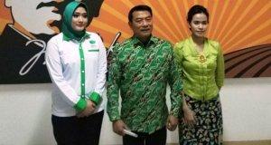 Ketua Umum HKTI Moeldoko (tengah) foto bersama Ketua Umum Pemuda Tani HKTI dan Perempuan Tani HKTI.