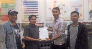 Masyarakat Peduli Pemilu Depok menyerahkan usulan penambahan dapil menjadi 9 yang diterima komisioner KPU Depok, Nana Sobarna.