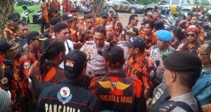 Kabagops Polresta Depok,  Kompol Agung berdialog dengan anggota Pemuda Pancasila di depan kantor DPD Partai Golkar Depok.