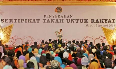 Presiden Jokowi bagi-bagi sertifikat tanah kepada masyarakat.