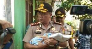 Kapresta Depok Kombes Didik Sugiarto menggendon Aditya,  bocah  yang diculik Jumiyanti.