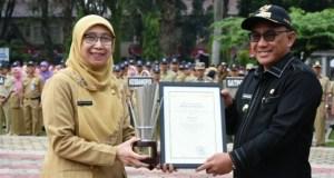 Ketua Bappeda menerima penghargaan dari Pemrov Jawa Barat yang disampaikan Walikota Depok Mohammad Idris.