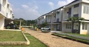 Perumahan Cinere Parkview ini disegel oleh Pemkot Depok karena belum ada IMB.  Padahal sebagian rumahnya sudah ditempati.