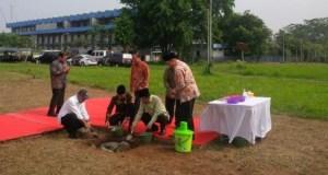 Presiden Joko Widodo meletakan batu pertama dimulainya pembangunan kampus UIII di Cisalak,  Kota Depok.