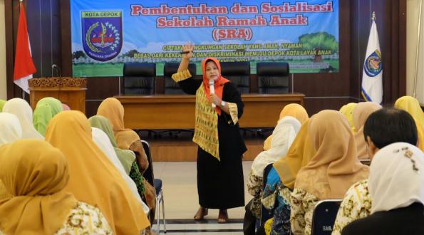 Elvi Hendrani saat menjadi pembicara pada acara pengembangan sekolah ramah anak (SRA) Kota Depok.