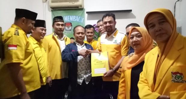 Ketua DPD Partai Golkar Kota Depok Farabi A. Rafiq didampingi Bacaleg menyerahkan berkas pendaftaran bacaleg ke komisioner KPUD Kota Depok,  Selasa (17/7/2018).