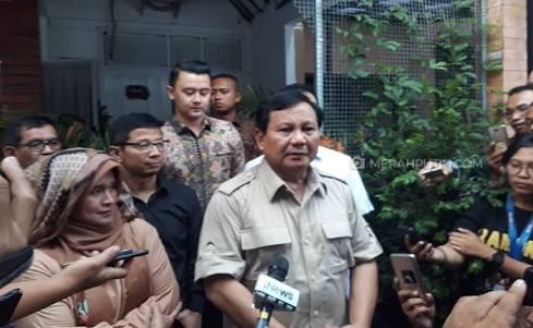 Prabowo Subianto ketika mendatangirumah Neno Warisman di Depok.