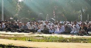 Ratusan warga Perumahan Bojong Depok Baru menggelar salat idul adha tadi pagi.