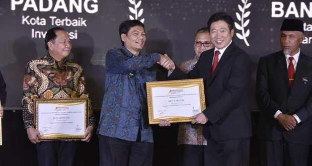 Sekda Kota Depok Hardiono menerima penghargaan Depok sebagai kota dengan pelayanan publik terbaik.