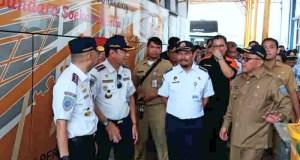 Kepala Badan Pengelolaan Transportasi Jabodetabek (BPTJ) Bambang Prihanton,  bersama Walikota Depok Muhammad Idris melihat ujicoba penggunaan Terminal Jatijajar Depok.