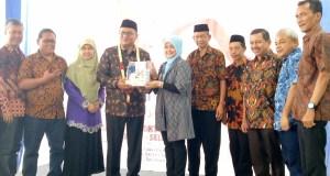 Wakil Walikota Depok Pradi Supriatna foto bersama usai meresmikan Apotek Kimia Farma Kukusan di Beji,  Depok.