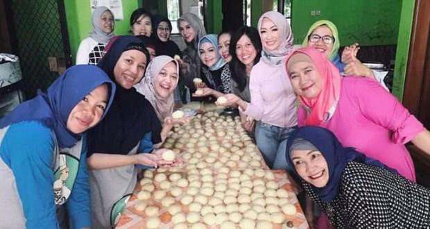 Chef Depok bersama APJI Depok membuat roti dan donad untuk kemudian diserahkan ke Dinas Sosial Kota Depok.
