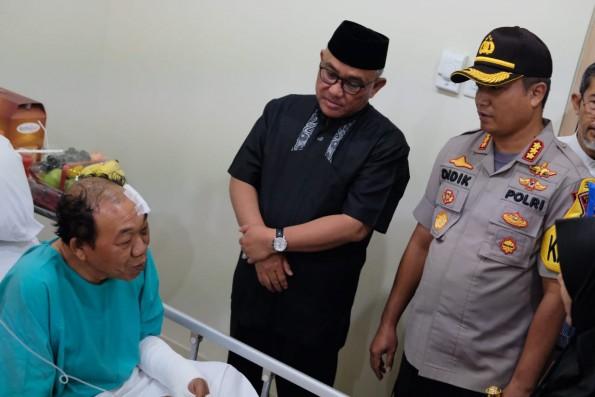 Walikota Depok bersama Kapolresta Depok menjenguk korban tsunami yang dirawat di RS Puri Cinere.