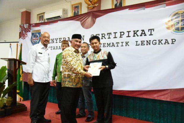 Walikota bersama. Kepala BPN Kota Depok menyerahkan sertifikat gratis.