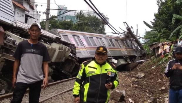 Sebanyak 17 orang mengalami luka-luka akibat KRL terguling di Kebon Pedas Bogor.