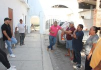 Entrega Salvador Bueno despensas a Autoridades Auxiliares para adultos mayores