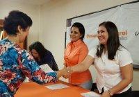 Azucena López Legorreta entregó becas a hijas e hijos de personal sindicalizado del DIF Municipal Colima.