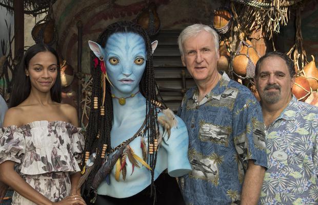 """Zoe Saldaña, James Cameron y el productor de """"Avatar"""", Jon Landau durante una pausa del rodaje de la cinta. Foto: Instagram"""