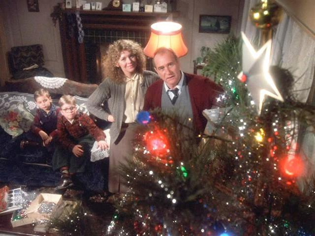 """""""A Christmas Story"""" se desarrolla en la década de 1950 y cuenta la encantadora historia de un niño que trata desesperadamente de convencer a sus padres para que le consigan una pistola de aire comprimido para Navidad (Foto: Metro-Goldwyn-Mayer)"""