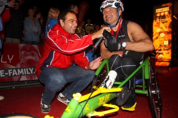 Acercar las historias humanas de los participantes es también parte del trabajo de un speaker de eventos deportivos.